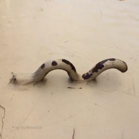 Aufhängvorrichtung in Form eines Loch Ness-Metallwurmes.