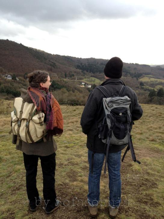 Zwei Wanderer von hinten (Irgendlink und Lakritze). Beide mit Rucksäcken in die Ferne blickend.
