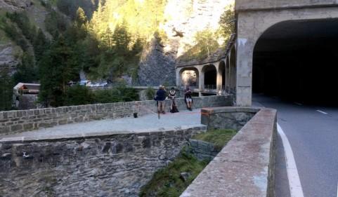 In der Nähe des Via Mala-Zentrum rasten wir auf einer Steinbrücke. Auf dem Bild Irgendlink und unsere beiden Freunde von weitem.