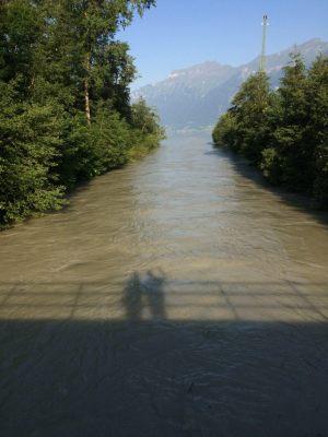 Wir überqueren eine Aarebrücke, um an die Südseite des Sees zu gelangen. Hier sieht man, wie die Aare in den See fließt